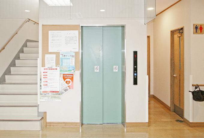 検診やワクチン接種、生活習慣病予防、禁煙外来、介護、デイケア、リハビリテーションなども行っております。