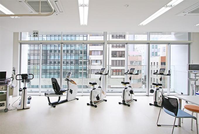 検査や診察を行うスペースのほかに、運動療法が行える「心臓フィットネス・スタジオ」があります。