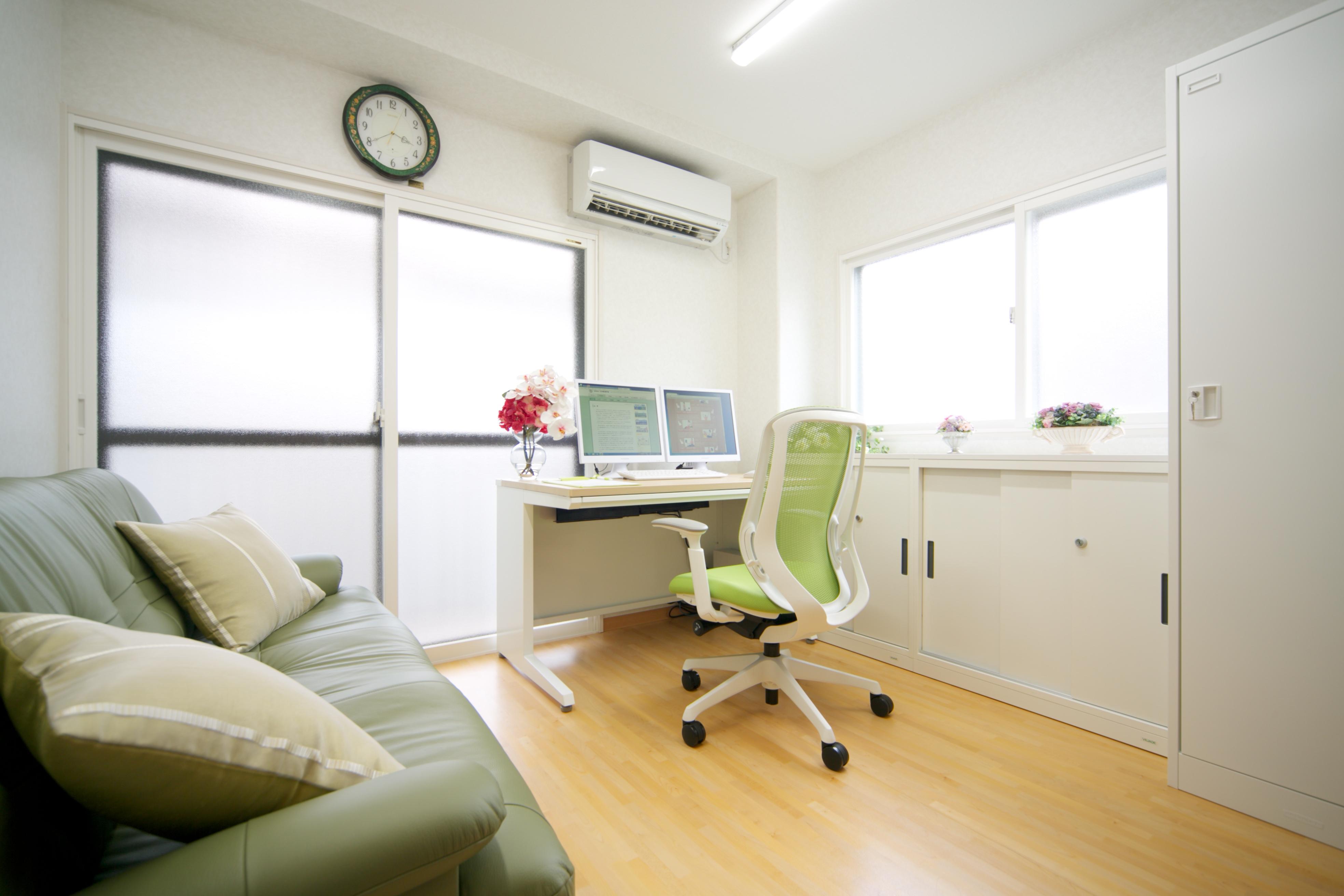 安心感漂う、やわらかな雰囲気の診察室です。