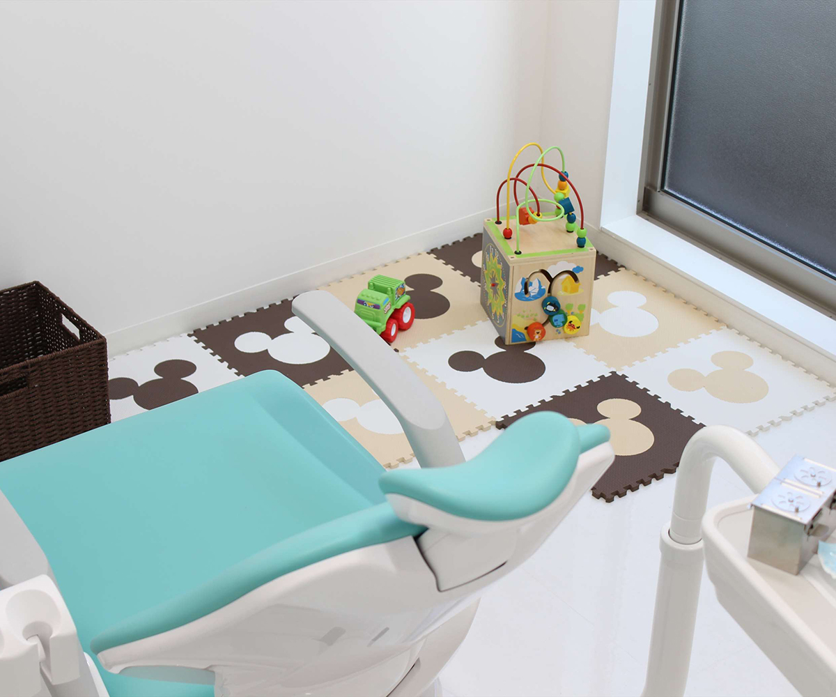 個室の診察台横にはお子様用のスペースもご用意しており、親子で入室可能です、リラックスした状態で診察を受けていただけるように心がけております。