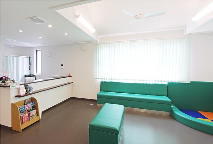 待合室には、キッズスペースや雑誌などもご用意しております。診察の順番までリラックスしてお待ちくださいませ。