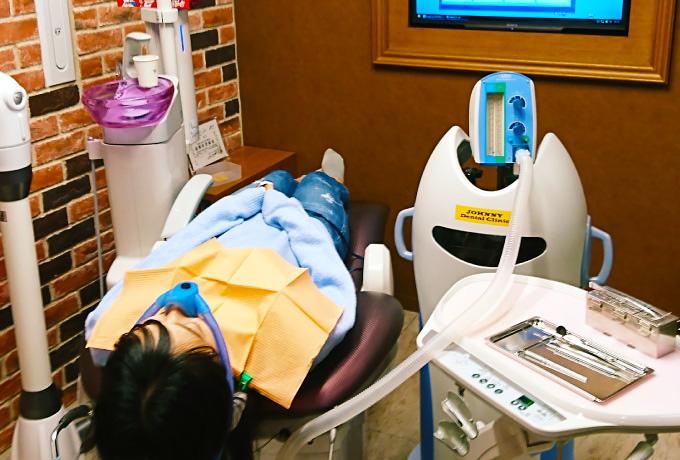 当クリニックでは、「笑気吸入鎮静法」というリラックス治療(無痛治療)を取り扱っております。治療に恐怖心がある方は、いつでもお気軽にご相談ください。