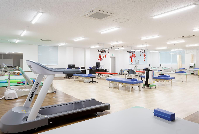 当院ではビル4階フロアの全体をリハビリスペースとすることで、明るく開放的な空間でリハビリテーションを提供できる環境を整えております。