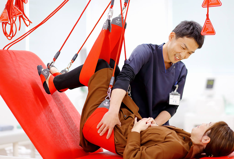 医師の判断のもと理学療法士(PT)が、患者様それぞれの症状やお悩みに合わせたプログラムをオーダーメイドで作成してリハビリテーションを実施しています。
