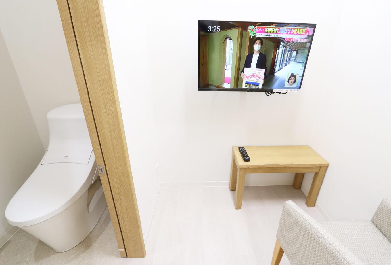 プライバシーの保たれた大腸カメラを目指しており、下剤を飲むためのトイレ付き個室や、検査の緊張を和らげていただけるようチェア・テーブル・テレビを完備しております。